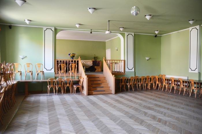 Unser Saal mit Treppe und Galerie